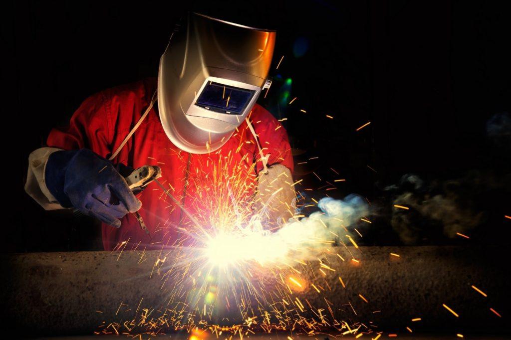 Сварщик работает в маске